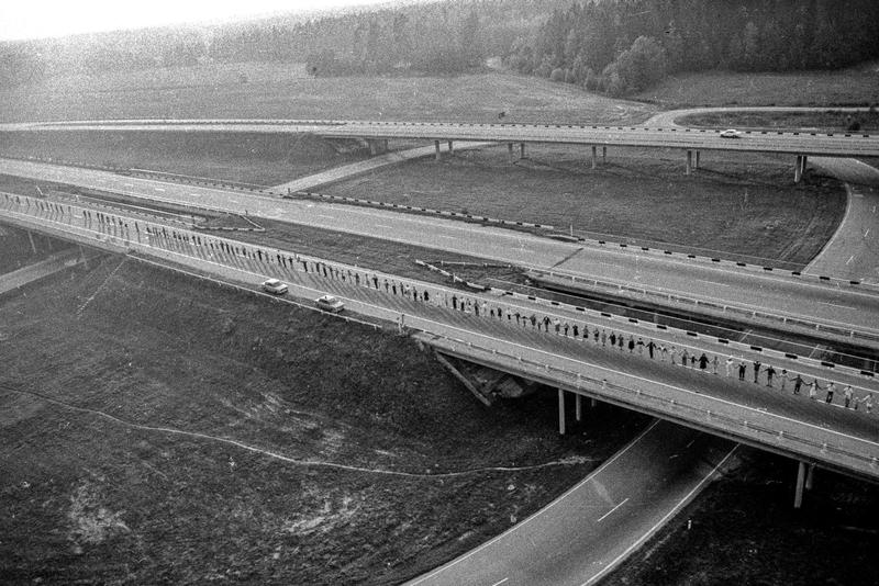 Часть «Балтийского пути» на дороге между Латвией и Эстонией