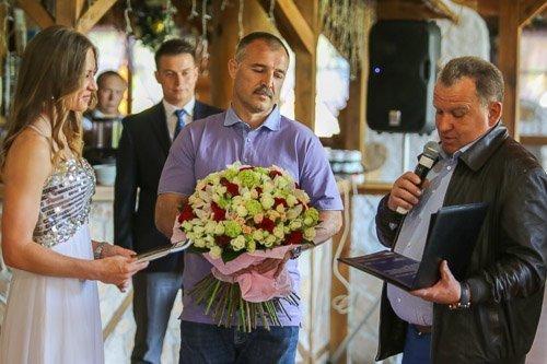 Чиж и Япринцев в комплексе «Логойск» поздравляют Домрачеву. Чиж подарил Дарье квартиру в «Доме у Троицкого» площадью 268 квадратов. 2014 год