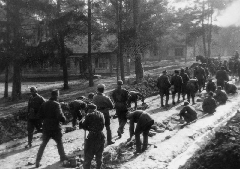 Cоветские военнопленные мостят эту самую дорогу