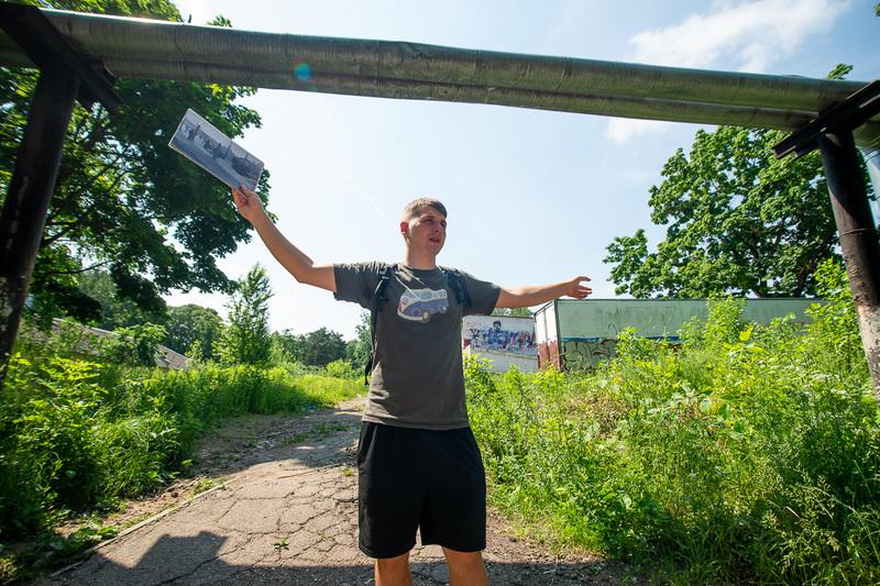 Артем Бобовников стоит на фоне бывшего овощехранилища (карцера)
