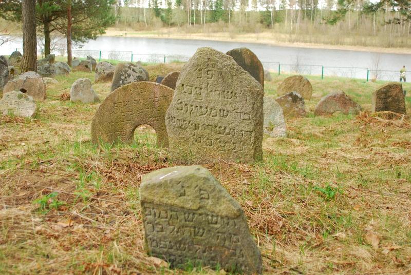 Надгробие в д. Рубежевичи Минская обл. на старом еврейском кладбище