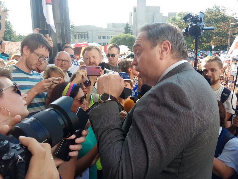 Караник во время митинга, с которого он сбежал, практически не ответив на вопросы врачей