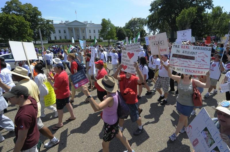Учителя проходят мимо Белого дома во время митинга «Спасем наши школы»