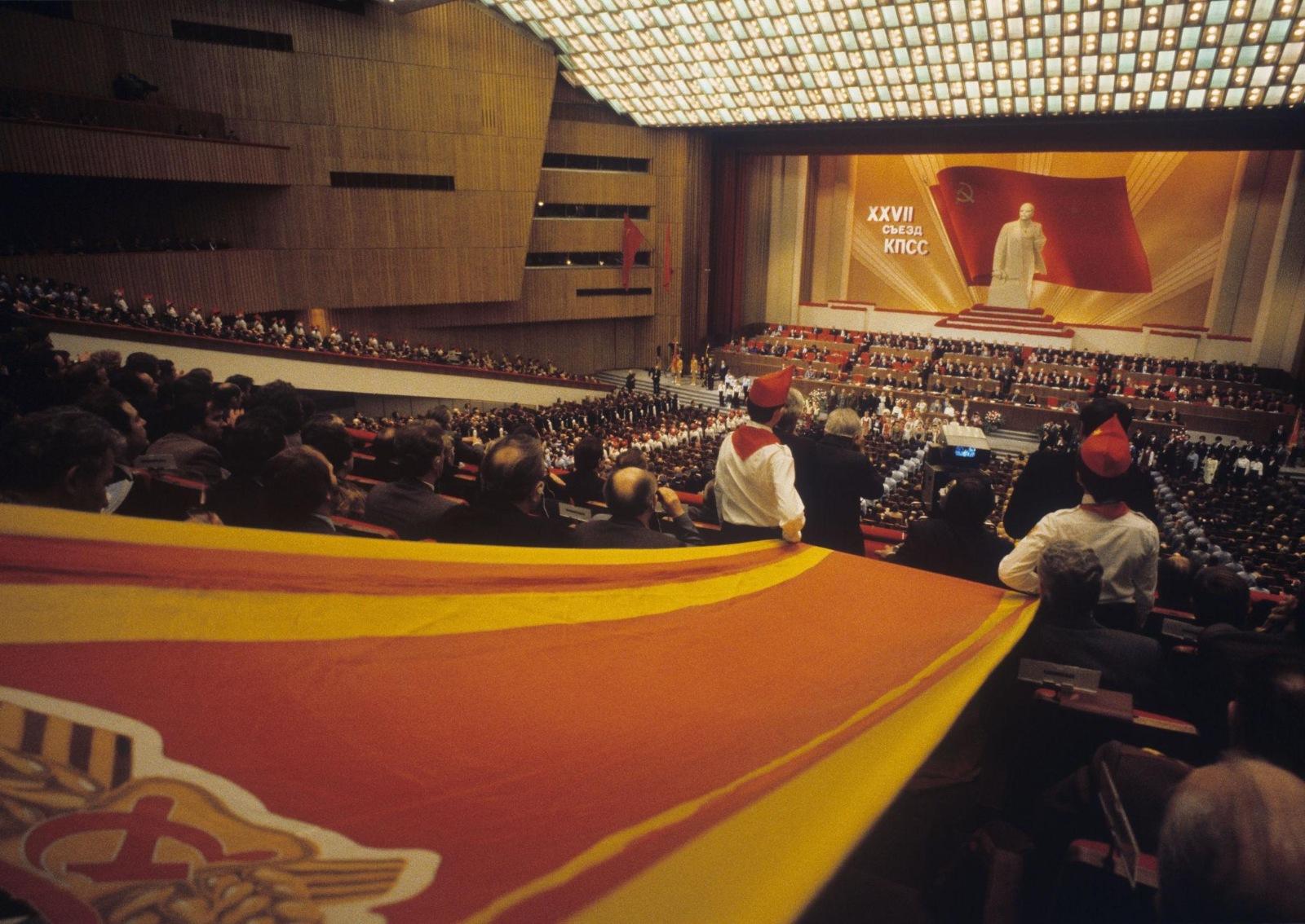 Пионеры поздравляют участников 27-го съезда Коммунистической партии Советского Союза во время открытия съезда
