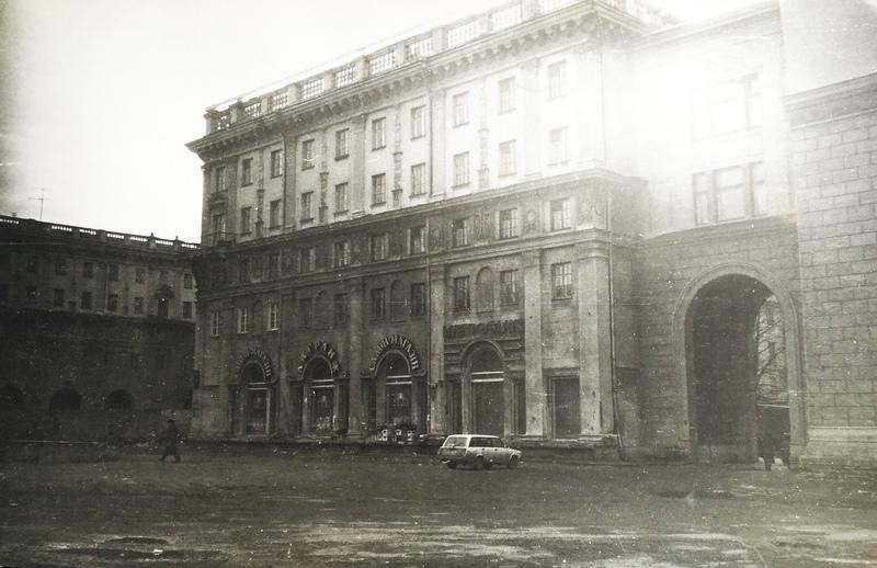 Послеперестроечный Минск. Вид из-за забора строящегося Дворца Республики. 1996 г..jpg