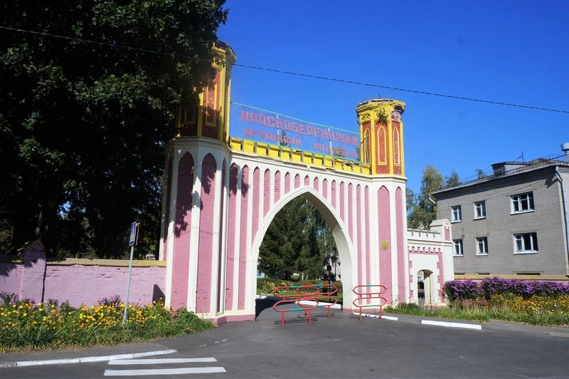Желто-розовые ворота в недавно реставрированную усадьбу в д.Красный Берег.