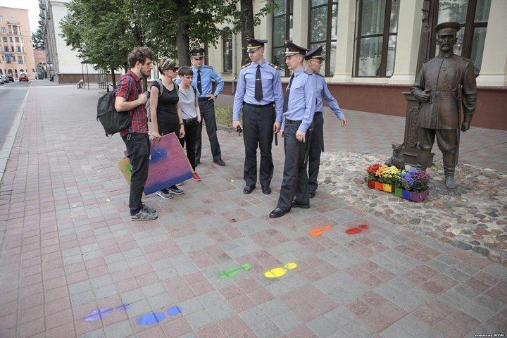 Фото: Радыё Свабода. Кстати, стаивть ЛГБТ-клумбы у собаки городового тоже нельзя