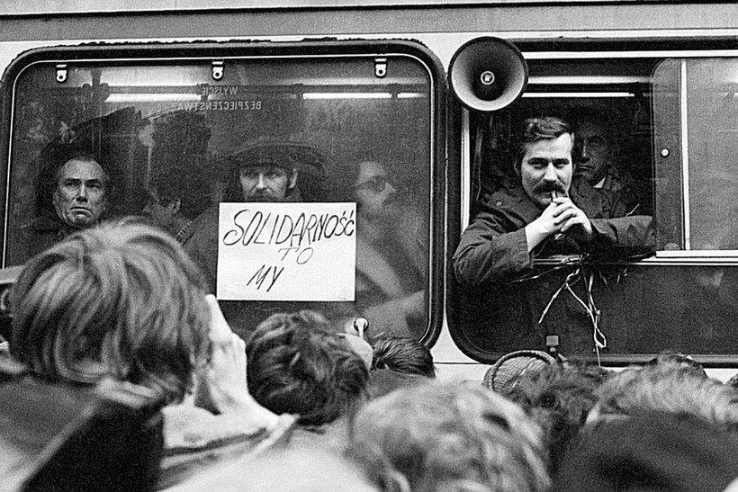 Варшава. Валенса выступает из автобуса на митинге «Солидарности»