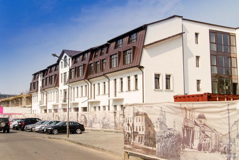 Сколько тут этажей? А сколько разрешено законом в историческом центре? И плакаты со старыми видами Минска на фоне всего этого, как плевок в лицо всем, кому дорог город…