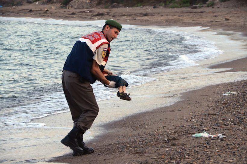 Тело 3-летнего мальчика на берегу турецкого города Бодрум. Фотографии ребенка агентства Dogan облетели многие западные СМИ