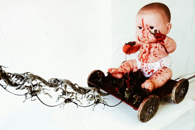 Инсталляция в галерее искусства «Marat». Ребенок играет в солдатики