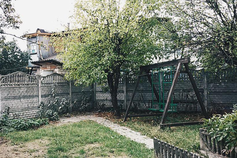 Двор с качелями у Дома Лиама