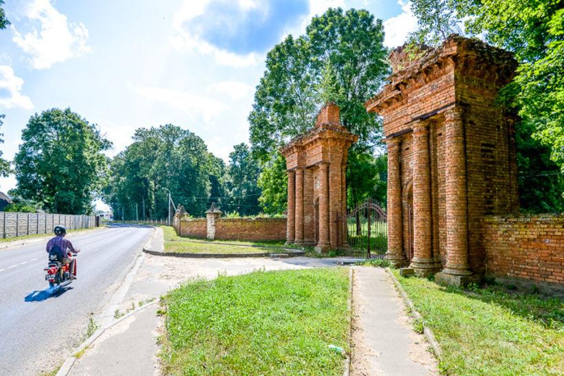 Ворота Усадьбы в Подороске, фото: Onliner.by
