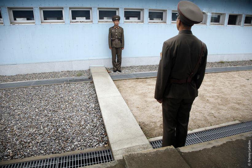Туристов запускают в один из бараков посменно — сначала группу с одной стороны, потом с другой. Где песочек — Северная Корея, я формально стою в Южной. (Источник: блог Артемия Лебедева)