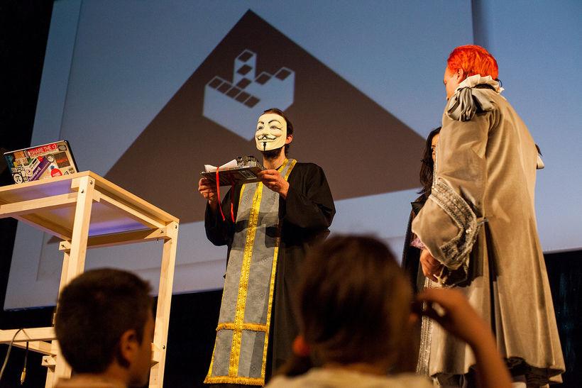 28 апреля 2012 года состоялась первая свадьба, проведённая священником-копимистом, лицо которого было закрыто маской Гая Фокса, а голос искажён модулятором. Фото: kopimistsamfundet.se