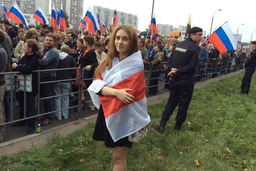 Тася Никитенко на пикете в Москве у посольства Беларуси, фото из Facebook