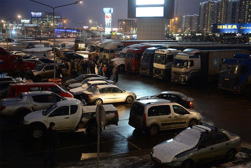Дальнобойщики на парковке IKEA Химки, фото: moslenta.ru