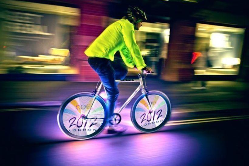 Реклама-голограмма на велосипедах, сделанная компанией Kino-mo (Кириллом Чикеюком и Артёмом Ставенко)