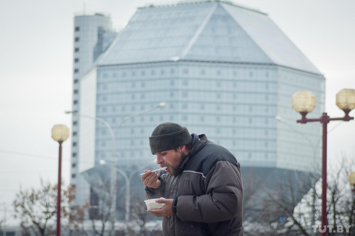 Минчане кормят нуждающихся. Фото: Евгений Ерчак, TUT.by