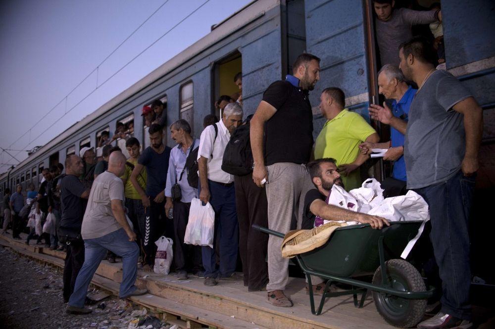 Мигранты садятся на поезд в Сербию, фото: Reuters