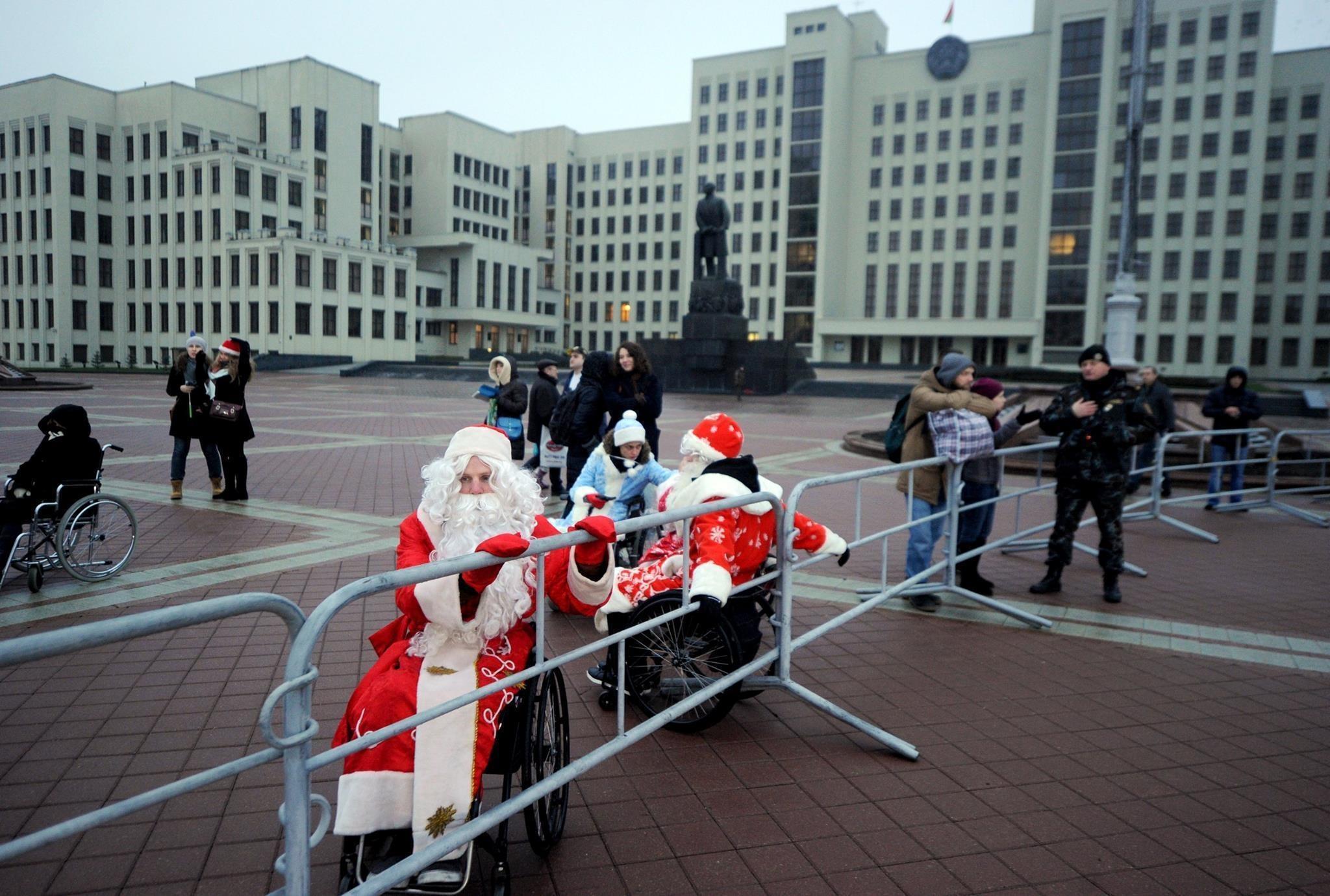 Инвалидов-колясочников в костюмах Дедов Морозов и Снегурочек не пропустили на шествие Дедов Морозов и Снегурочек. Фото: Сергей Гапон