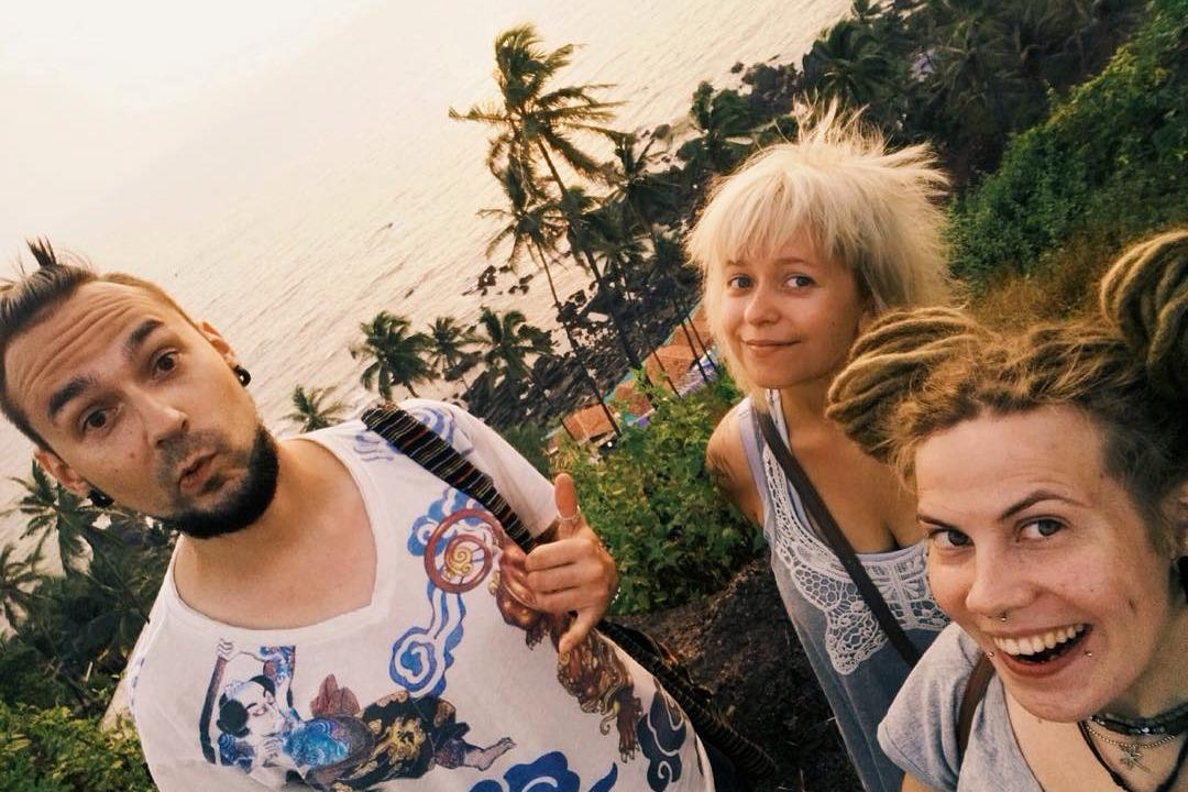 Мария (в центре) с молодым человеком и подругой