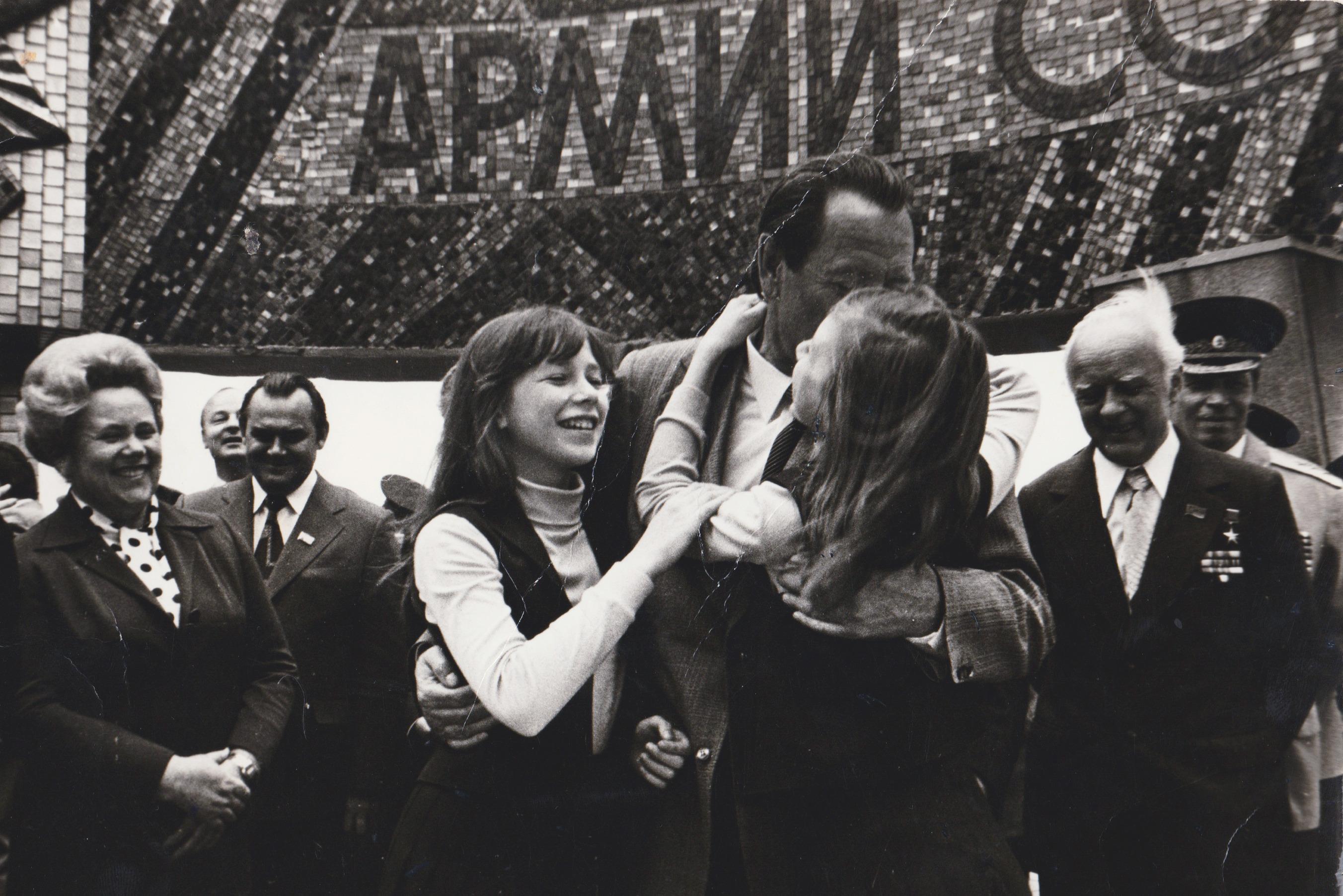 Пётр Машеров с внучками Катей и Леной на Кургане Славы