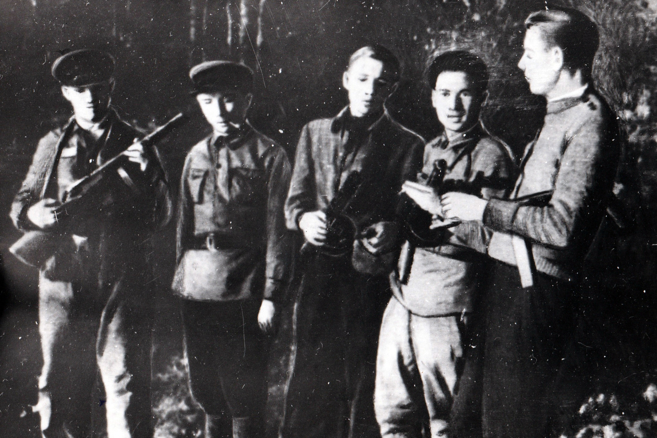 Пётр Машеров (второй слева), 1942 год