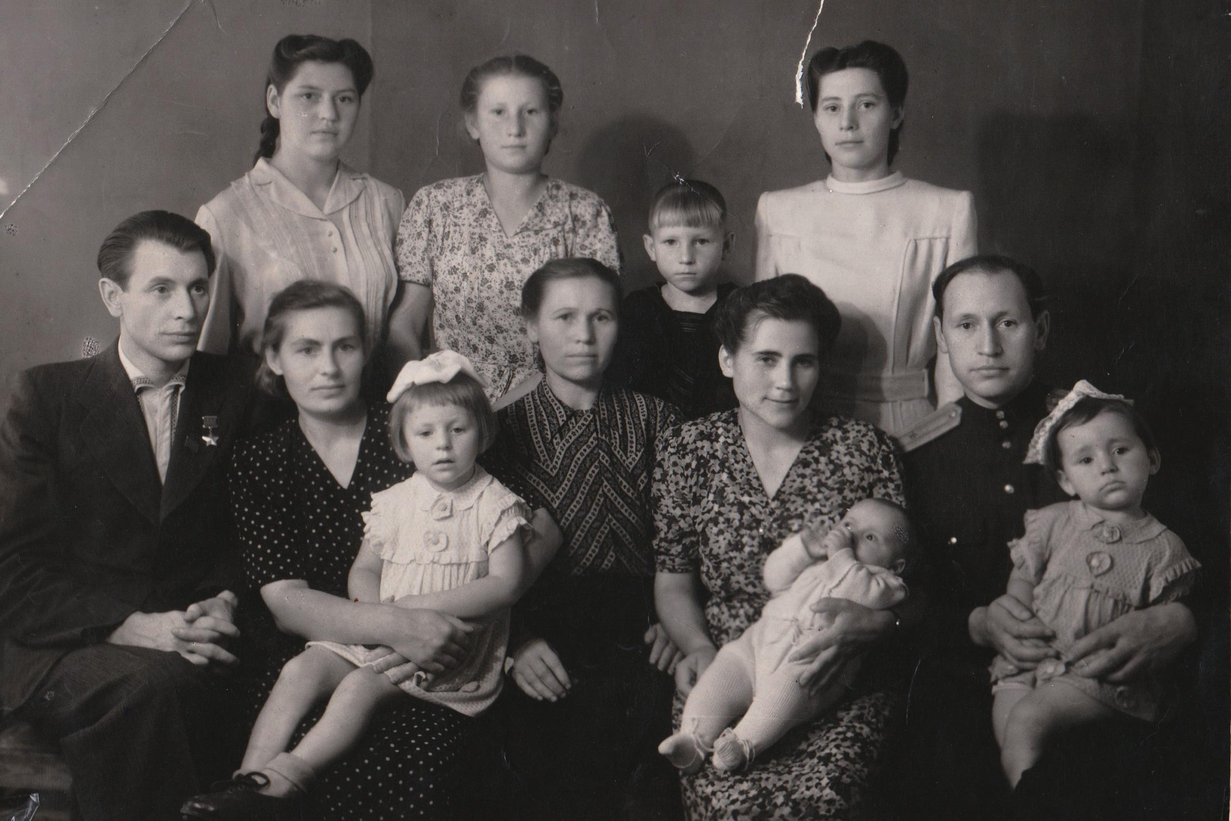Пётр Машеров с женой Полиной Андреевной, дочкой Наташей (на коленях матери рядом с отцом) и другими родственниками