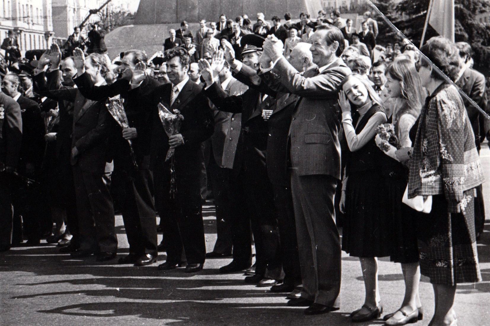 Пётр Машеров на параде с внучками. Минск, 9 мая 1980 года