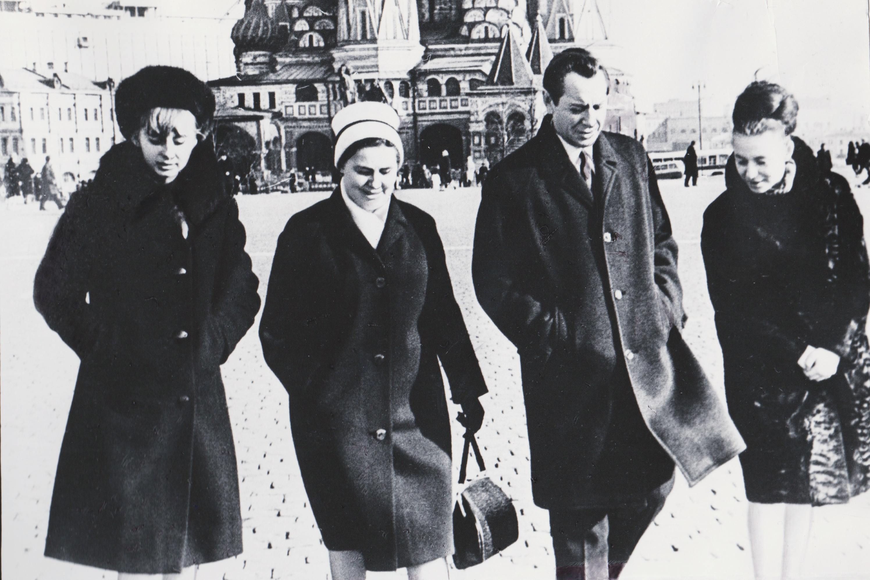 Пётр Миронович, Полина Андреевна (жена) и дочери Наташа и Лена на Красной площади в Москве