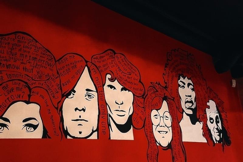 Арт на стене бара Beetlejuice. Фото: Анастасия Рогатко