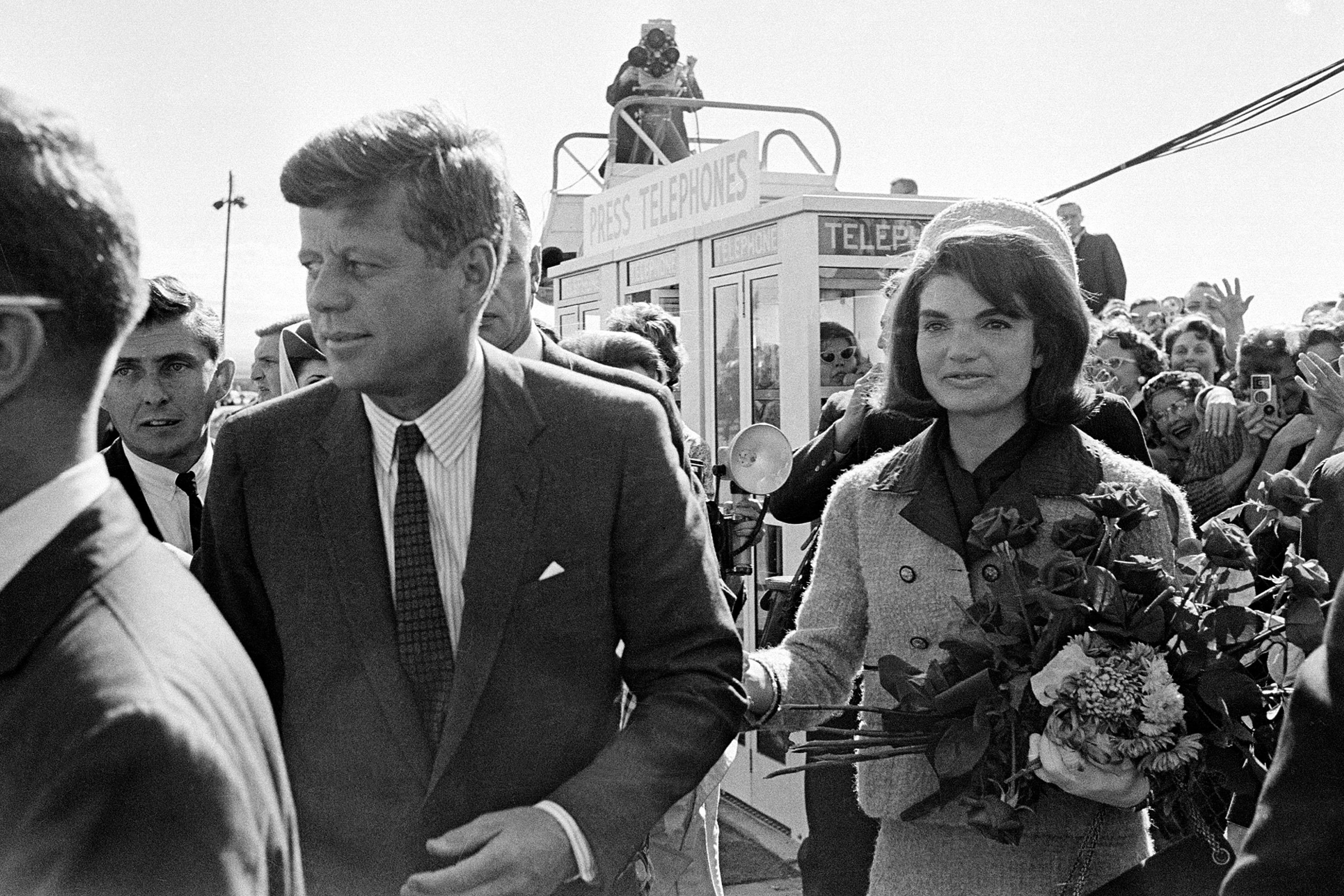Джон Кеннеди, первая леди Жаклин Кеннеди и букет цветов