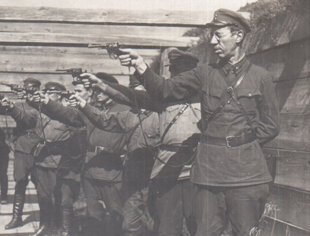 Супрацоўнікі НКУС на занятках па стральбе, 1930-я гады