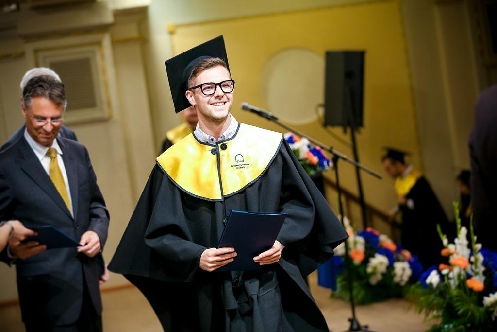 Дэвид Поллик на вручении студентам дипломов, фото: ЕГУ