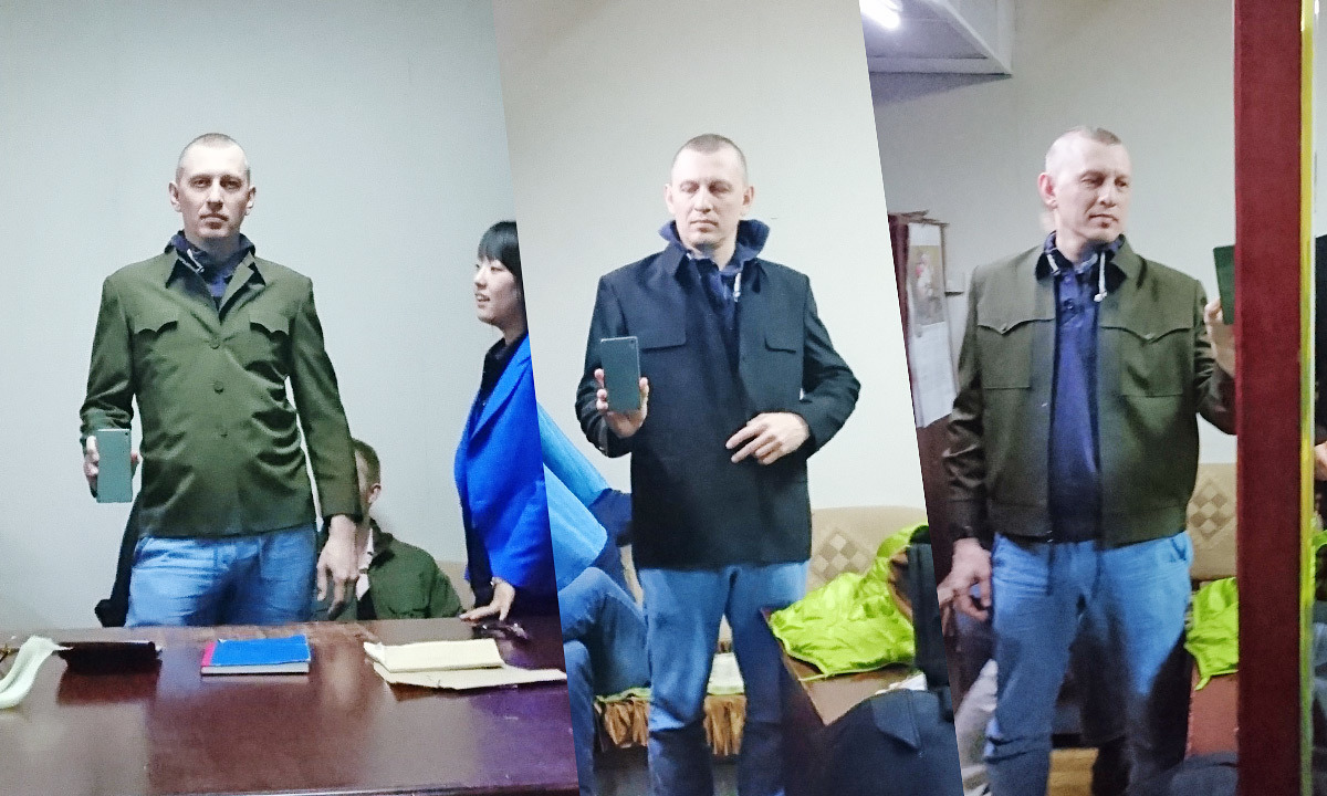 Ян Карпов в мундире делает селфи
