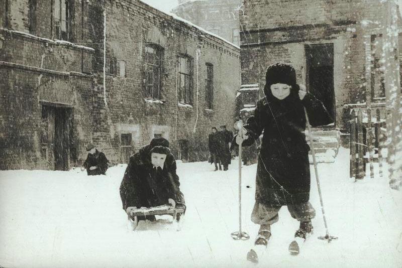 Зима. Катание на лыжах и санках, 1950-е. Фото: Марлен Матус