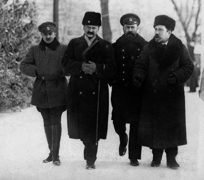 Члены российской делегации Лев Каменев, Василий Альтфатер и Лев Троцкий (справа налево) на переговорах в Брест-Литовске, февраль 1918 года