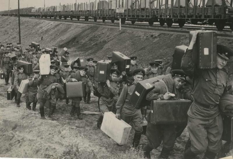 Эшелон с демобилизованными советскими воинами прибыл из Германиии на станцию «Брест», 1956 год. Фото: Всеволод Тарасевич