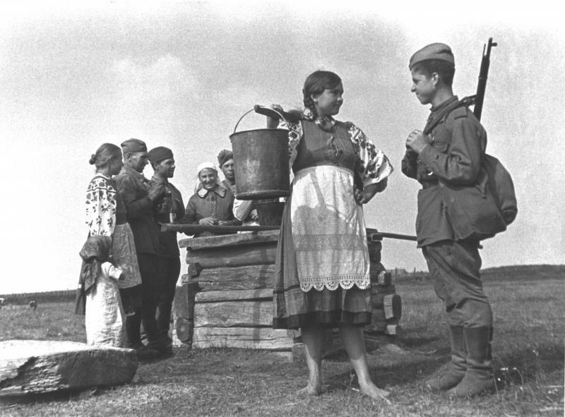 Девушка и солдат у колодца, 1944 год. Фото: Марк Марков-Гринберг