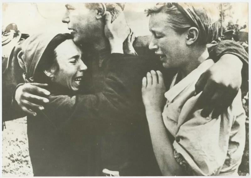 Встреча в освобожденном от врага селе, 1944 год. Фото: Аркадий Шайхет