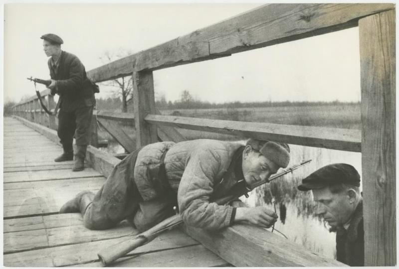 Белорусские партизаны взрывают мост, 1943 год
