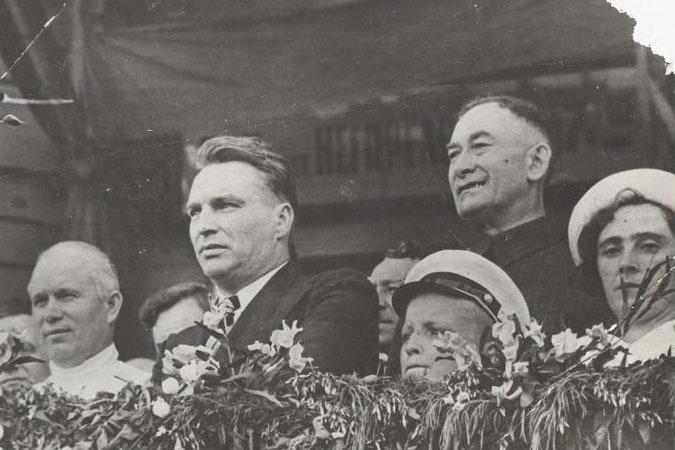 Никита Хрущев и Валерий Чкалов на митинге. Июнь 1937 года, станция «Негорелое» под Минском. Фото: Виктор Темин