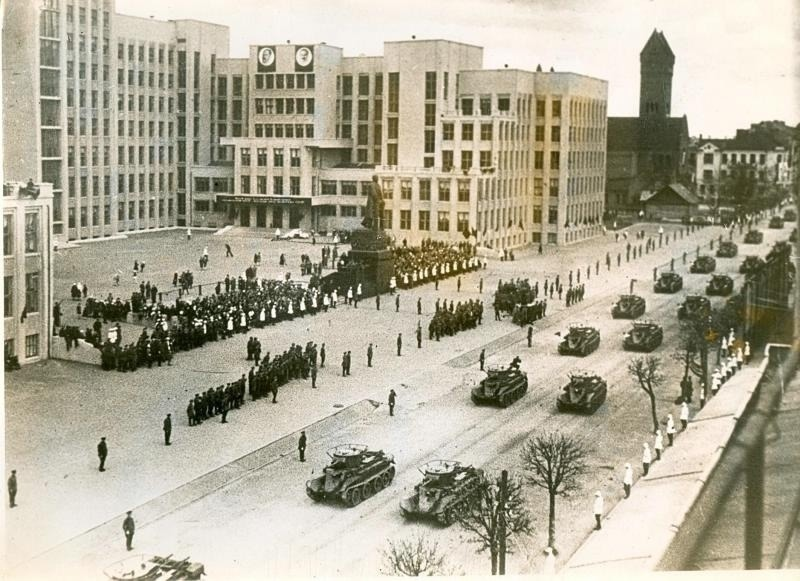 Советские танки на площади (нынешняя площадь Независимости) в Минске, 1935 год