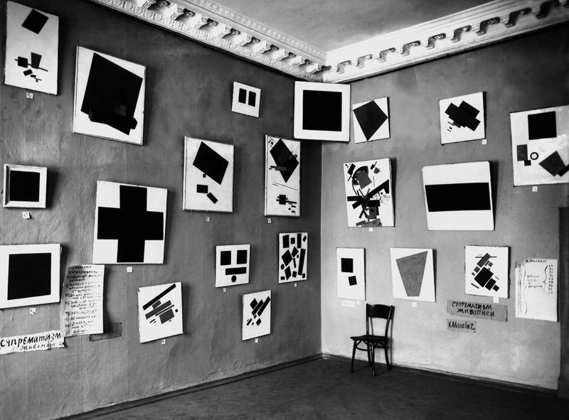 «Черный квадрат» Казимира Малевича на выставке в Художественном бюро Н. Добычиной. Санкт-Петербург, 1 декабря 1915 — 31 января 1916. Фотоателье Карла Булла