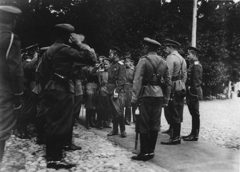 Николай II среди офицеров царской ставки, август 1915 года