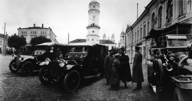Наследник российского престола царевич Алексей прибыл в ставку и выходит из автомобиля. Могилев, вторая половина 1915 года