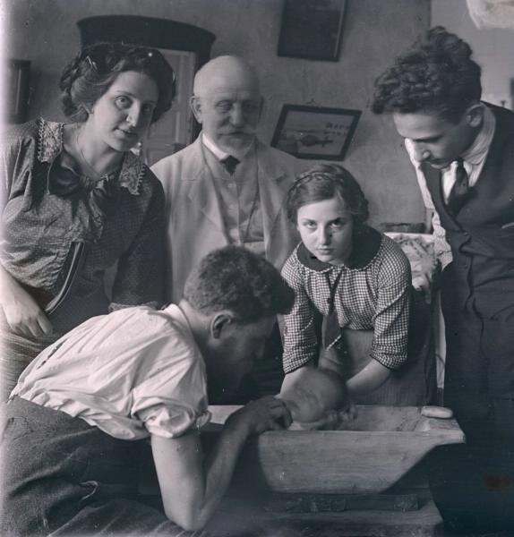 У стола с новорожденным, 13 июля 1912 года. Фото: Илья Раутенштейн