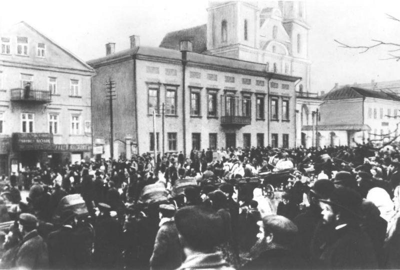У дома губернатора Павла Курлова в Минске после митинга с требованием освободить политических заключенных. 18 октября 1905 года