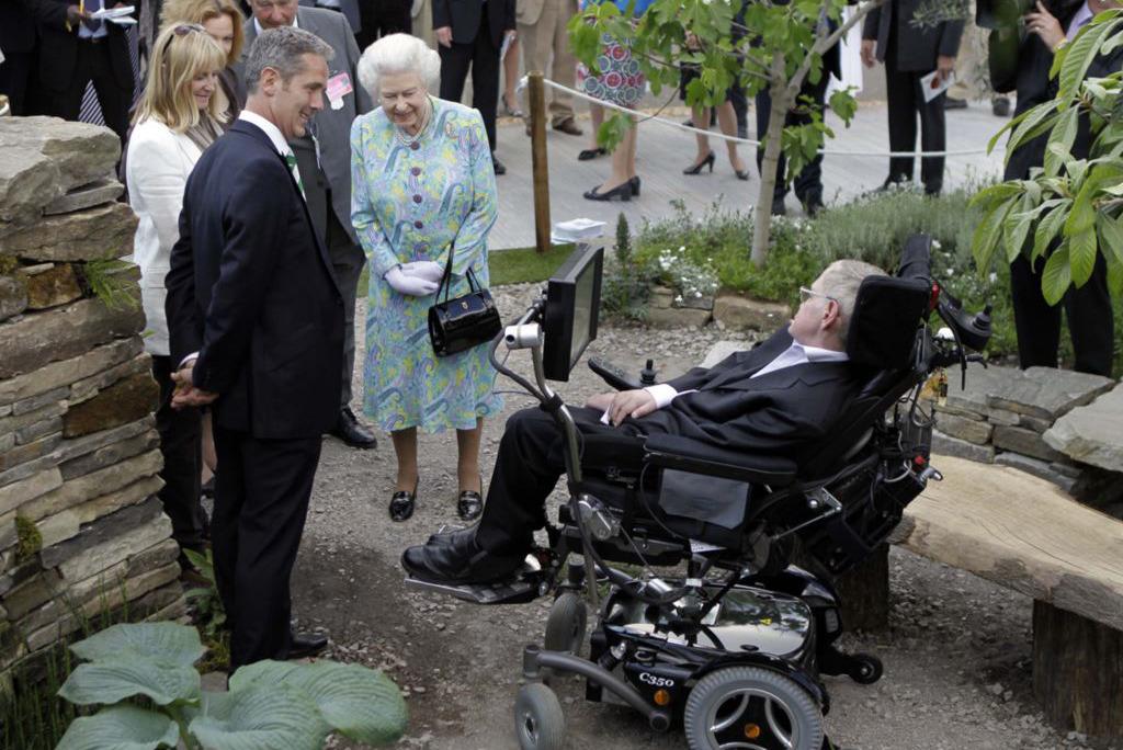 Встреча Стивена Хокинга и Королевы Елизаветы, фото: AFP